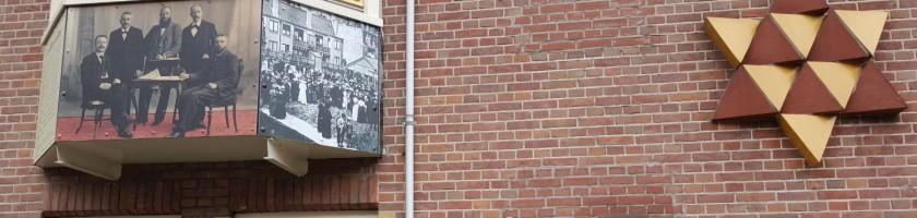 Monument aan de muur in de Transvaalstraat